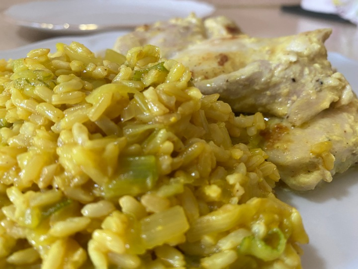 Pollo al yogurt con arroz integral al curry