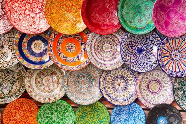 25987969-platos-árabes-tradicionales-hechos-a-mano-de-colores-decoradas-dispararon-en-el-mercado-de-marrakech-m